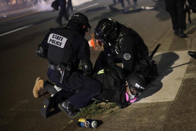 100 ngày biểu tình sắc tộc bùng phát, cảnh sát Mỹ hứng bom xăng - 10