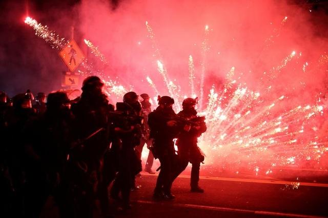 100 ngày biểu tình sắc tộc bùng phát, cảnh sát Mỹ hứng bom xăng - 5
