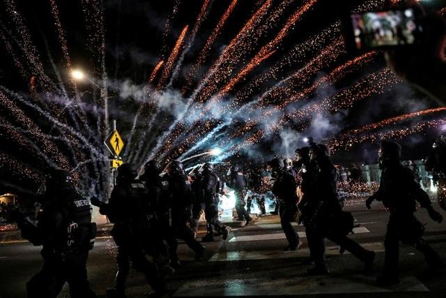 100 ngày biểu tình sắc tộc bùng phát, cảnh sát Mỹ hứng bom xăng - 7