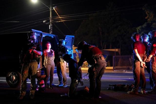 100 ngày biểu tình sắc tộc bùng phát, cảnh sát Mỹ hứng bom xăng - 6