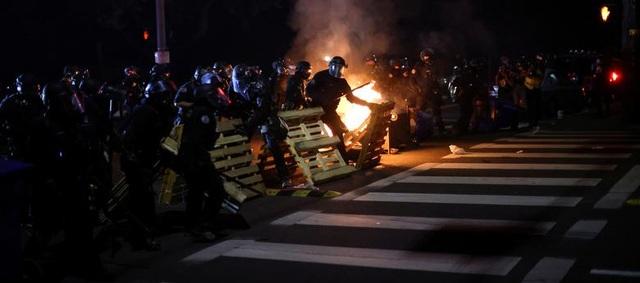100 ngày biểu tình sắc tộc bùng phát, cảnh sát Mỹ hứng bom xăng - 4