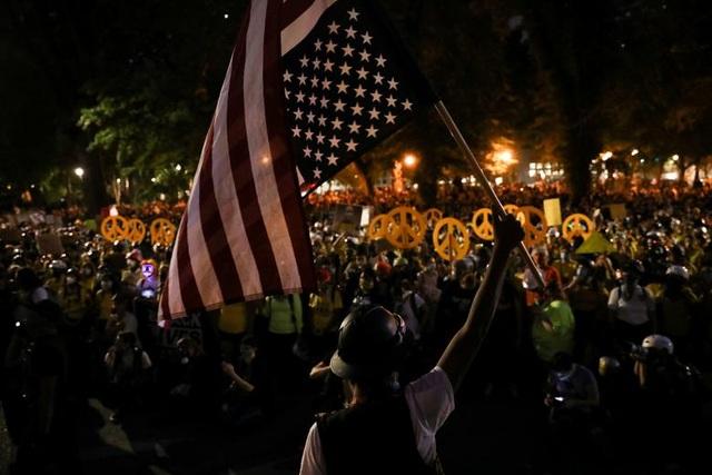 100 ngày biểu tình sắc tộc bùng phát, cảnh sát Mỹ hứng bom xăng - 8