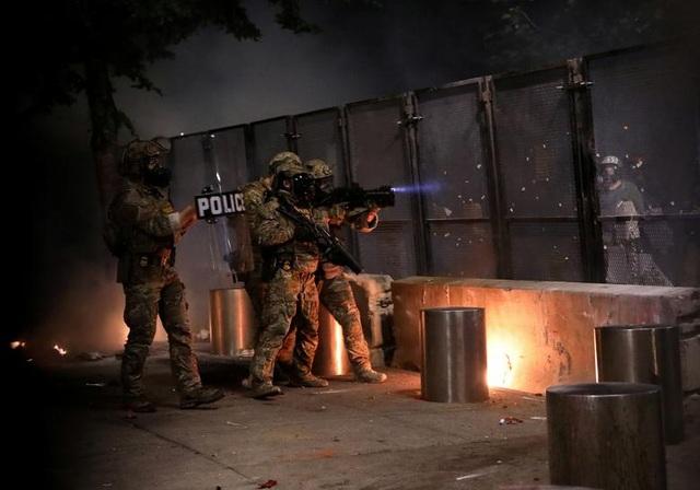 100 ngày biểu tình sắc tộc bùng phát, cảnh sát Mỹ hứng bom xăng - 3