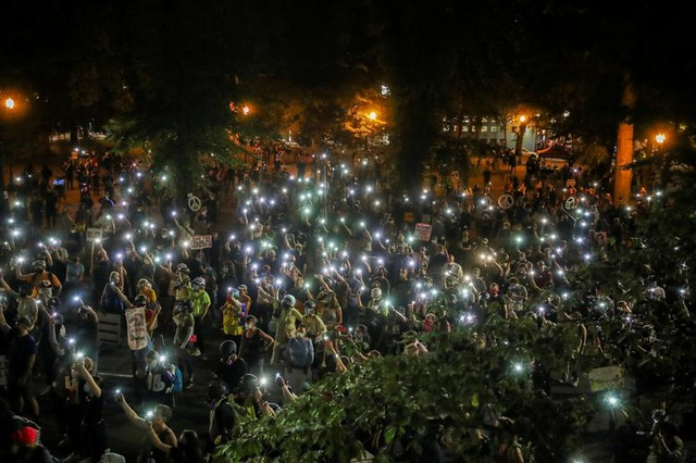 100 ngày biểu tình sắc tộc bùng phát, cảnh sát Mỹ hứng bom xăng - 1