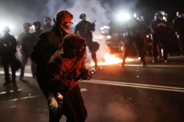 100 ngày biểu tình sắc tộc bùng phát, cảnh sát Mỹ hứng bom xăng - 9