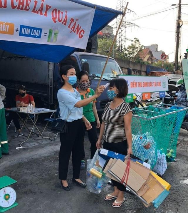 Người Hà Nội cuối tuần đi đổi rác lấy quà tặng - 2