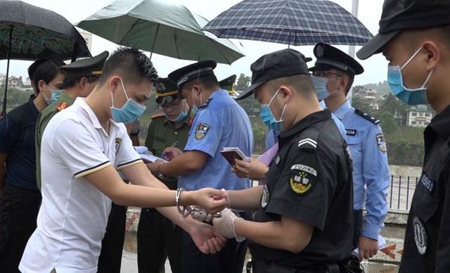 Trao trả Trung Quốc 15 người nhập cảnh trái phép vào Việt Nam - 1