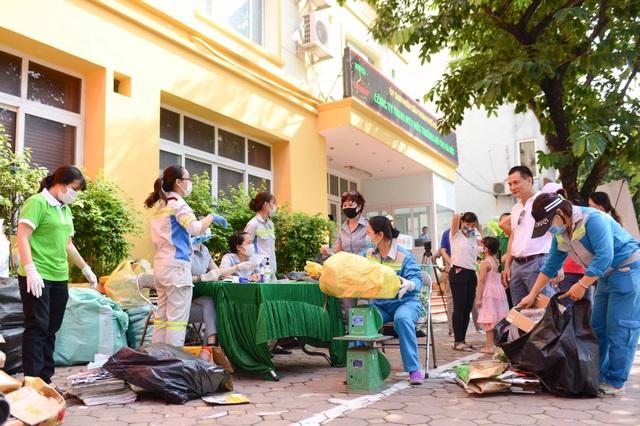 Người Hà Nội cuối tuần đi đổi rác lấy quà tặng - 3