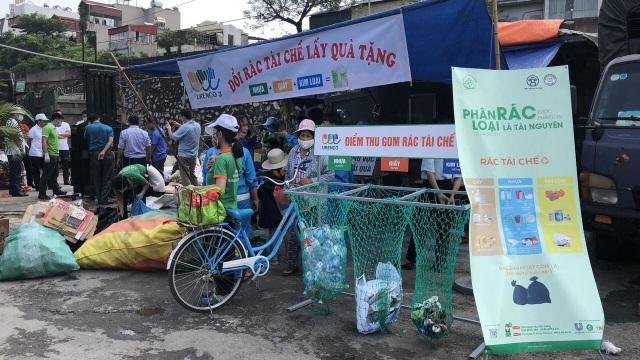 Người Hà Nội cuối tuần đi đổi rác lấy quà tặng - 1