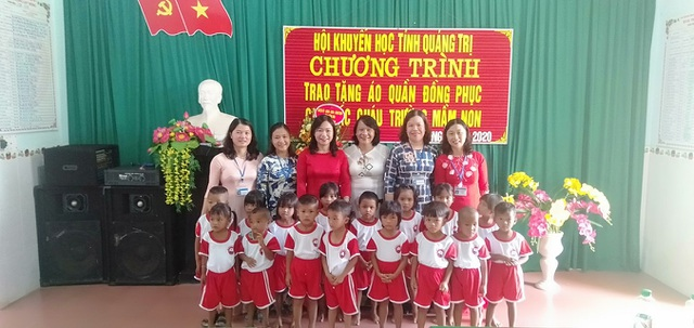 Quảng Trị: Hội Khuyến học tặng xe đạp, đồng phục cho học sinh miền núi - 2