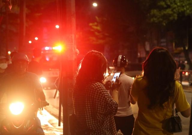Người dân vây kín xem công an truy bắt người bố bạo hành con gái 6 tuổi - 1