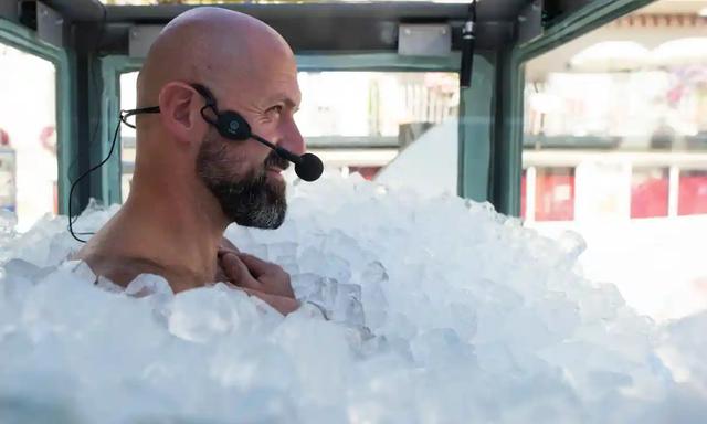 Ngâm mình trong 1.800kg đá lạnh suốt 2,5 tiếng để lập kỷ lục - 1