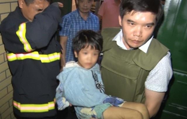 Người dân vây kín xem công an truy bắt người bố bạo hành con gái 6 tuổi - 6