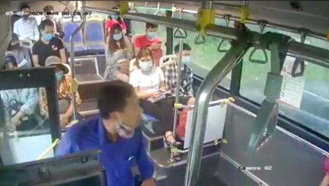 Bị nhắc đeo khẩu trang, người đàn ông phun nước bọt vào phụ xe buýt - 1
