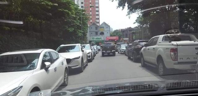 Đỗ xe gây tắc đường, hàng loạt ô tô ở Hà Nội bị dán giấy kín xe - 8