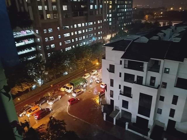 Đỗ xe gây tắc đường, hàng loạt ô tô ở Hà Nội bị dán giấy kín xe - 7