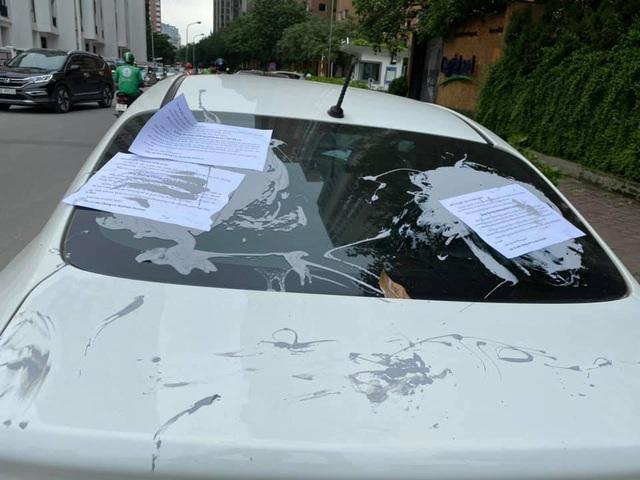 Đỗ xe gây tắc đường, hàng loạt ô tô ở Hà Nội bị dán giấy kín xe - 2