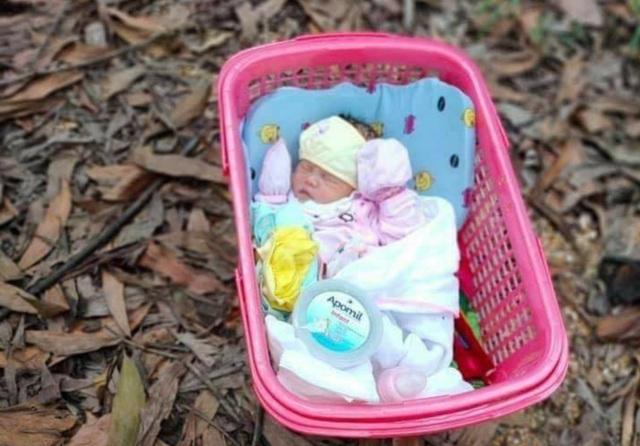 """Bé sơ sinh nằm trong giỏ nhựa kèm lời nhắn """"không đủ điều kiện nuôi"""" - 1"""