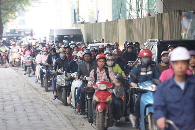 """Đoạn đường dài 1km """"cõng"""" đến 7 trường đại học, cao đẳng ở Hà Nội - 16"""