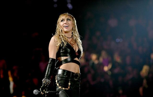"""Miley Cyrus ví chuyện tình 10 năm với Liam Hemsworth như """"chứng nghiện"""" - 2"""