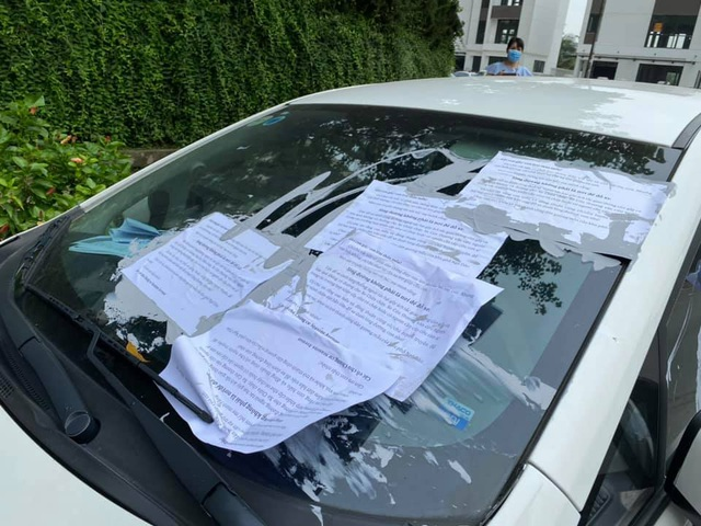Đỗ xe gây tắc đường, hàng loạt ô tô ở Hà Nội bị dán giấy kín xe - 1