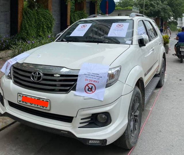 Đỗ xe gây tắc đường, hàng loạt ô tô ở Hà Nội bị dán giấy kín xe - 5
