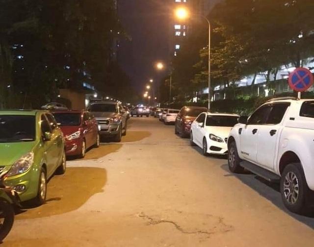 Đỗ xe gây tắc đường, hàng loạt ô tô ở Hà Nội bị dán giấy kín xe - 6