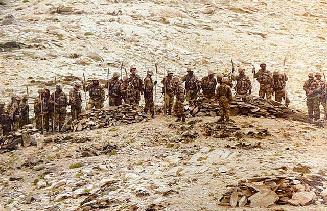Lính Trung Quốc bị nghi mang giáo mác chạm trán binh sĩ Ấn Độ - 1