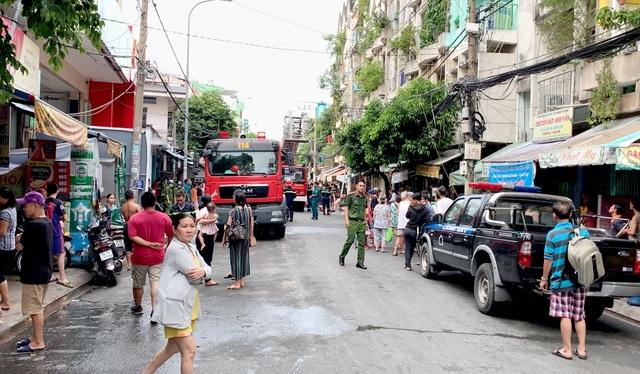Cháy chung cư ở Sài Gòn, nhiều người hoảng loạn tháo chạy - 3