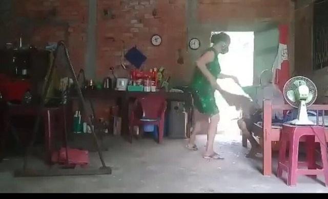 Con gái đổ rác vào mặt mẹ: Nhiều người biết, sao không tố khi cụ còn sống? - 1
