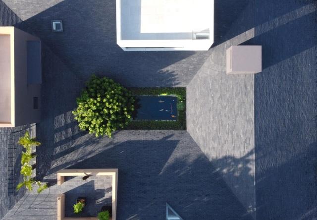 """""""Ốc đảo xanh"""" ẩn mình giữa 8 khối nhà trong căn biệt thự 1000m2 ở Sài Gòn - 1"""