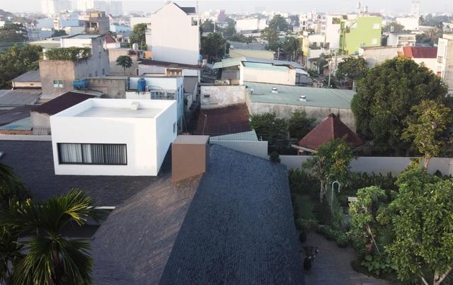 """""""Ốc đảo xanh"""" ẩn mình giữa 8 khối nhà trong căn biệt thự 1000m2 ở Sài Gòn - 11"""