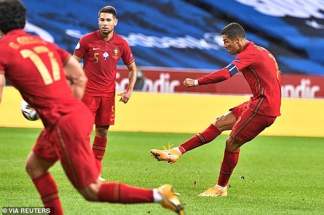 Huyền thoại Man Utd khẳng định Ronaldo đủ sức đá bóng đến năm 40 tuổi - 1