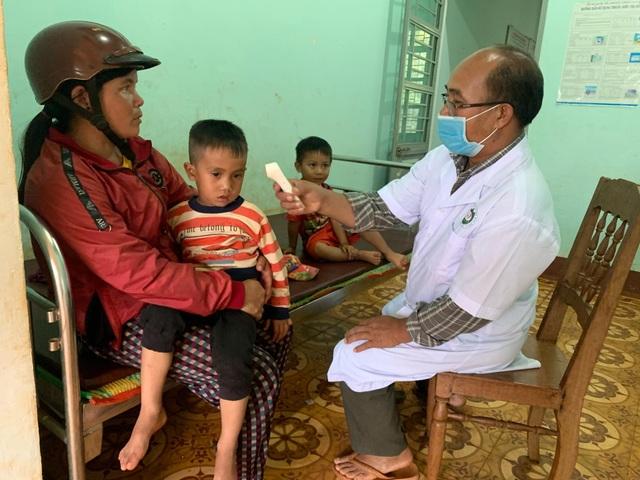 Bác sỹ chống hủ tục cứu sống nhiều đứa trẻ trên vùng cao - 1