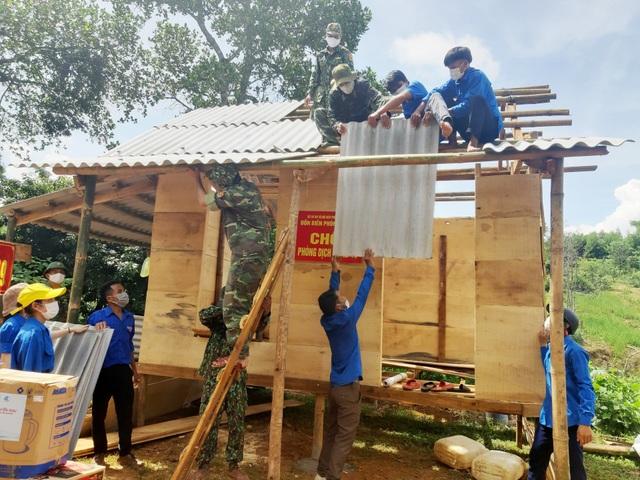 Tỉnh Đoàn tặng quà hỗ trợ các chốt biên phòng trên biên giới Việt – Lào - 4