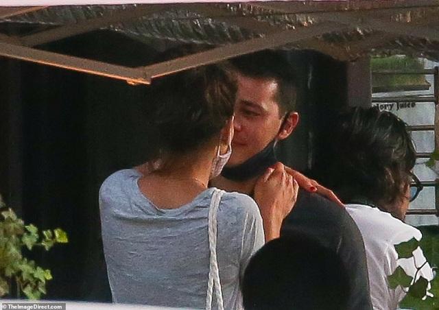 Katie Holmes tình tứ hôn bạn trai trẻ - 1