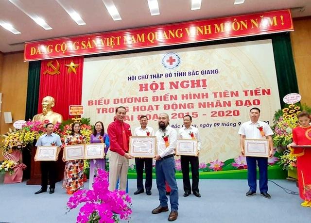 Hội Chữ thập đỏ Việt Nam tặng Bằng khen phóng viên Báo Dân trí - 1