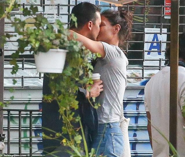Katie Holmes tình tứ hôn bạn trai trẻ - 2