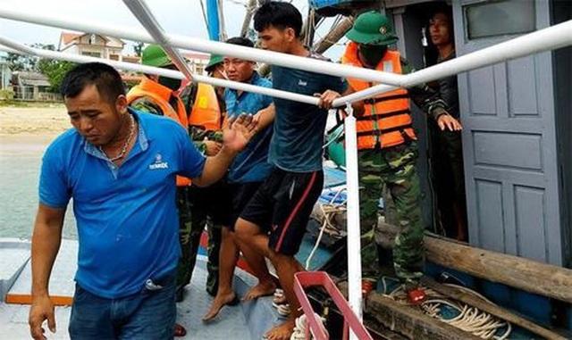 Cứu kịp thời 4 ngư dân chìm tàu trên biển lúc đêm khuya - 1