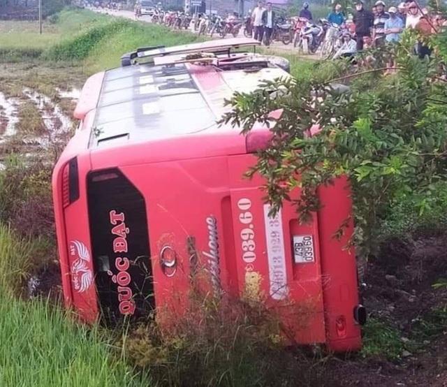 Xe khách chạy sai hành trình bị lật, nhiều hành khách bị thương - 1