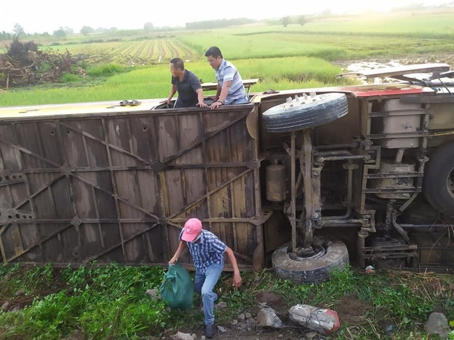 Xe khách chạy sai hành trình bị lật, nhiều hành khách bị thương - 2