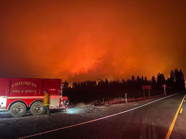 """Bầu trời Mỹ đỏ rực như """"tận thế"""" vì thảm họa cháy rừng - 2"""