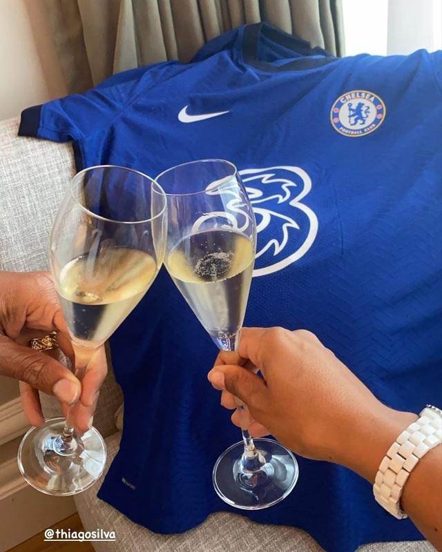 """Vợ chồng Thiago Silva ăn mừng """"hạ cánh"""" tới Chelsea sau kỳ nghỉ hạng sang - 1"""