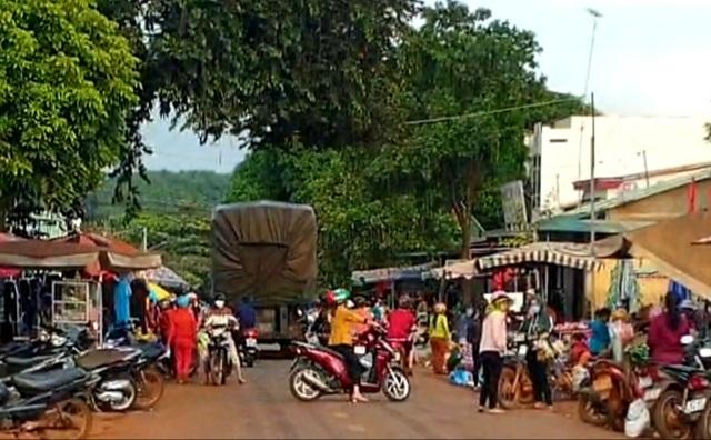 Thu tiền bán nốt ở chợ tự phát tiềm ẩn hiểm hoạ giao thông khôn lường - 2