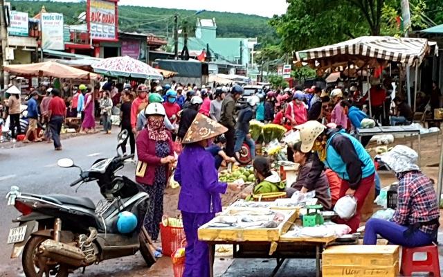 Thu tiền bán nốt ở chợ tự phát tiềm ẩn hiểm hoạ giao thông khôn lường - 3