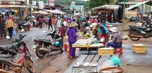 Thu tiền bán nốt ở chợ tự phát tiềm ẩn hiểm hoạ giao thông khôn lường - 4