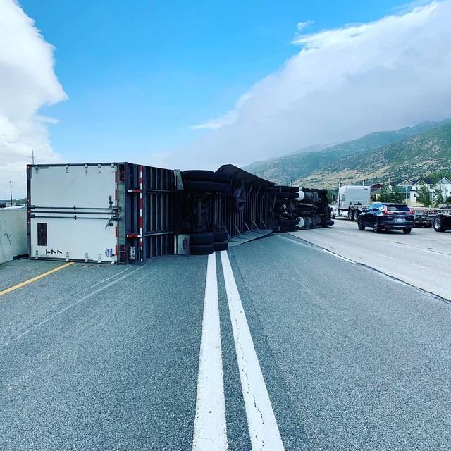 Gió mạnh thổi 45 xe tải lật nhào trên đường cao tốc Mỹ - 4