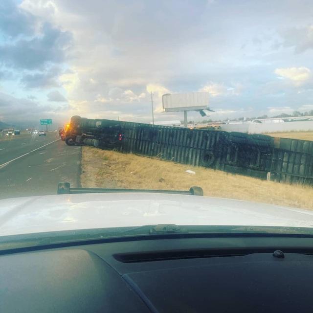 Gió mạnh thổi 45 xe tải lật nhào trên đường cao tốc Mỹ - 3