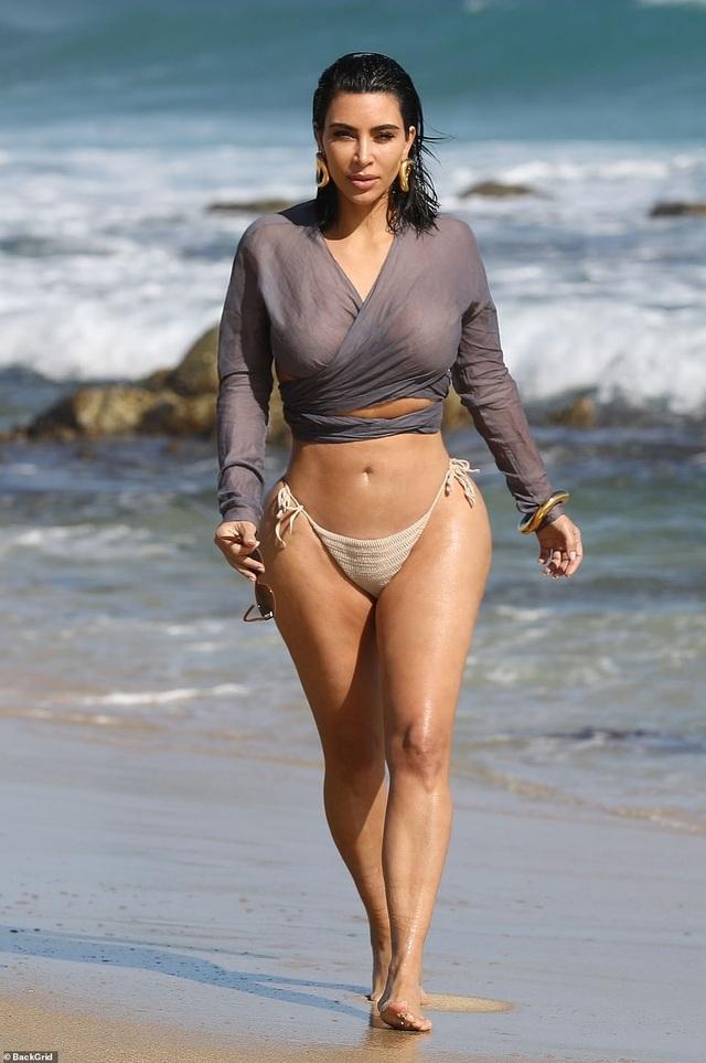 Kim Kardashian quyến rũ sải bước trên biển - 1