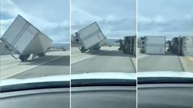 Gió mạnh thổi 45 xe tải lật nhào trên đường cao tốc Mỹ - 1